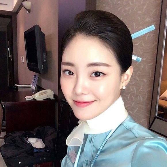 空姐的发型是传统的民族发髻,柔情万种.