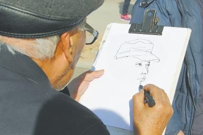 小伙为七旬老人让座 老人现场画速写肖像答谢