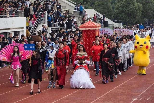 合肥一中学运动会开幕式创意十足 男生抬花轿走方阵图片