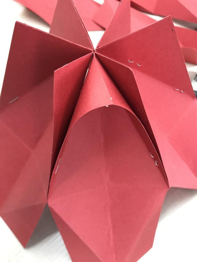 再用同样的方法固定其它五个卡纸,灯笼的一半制作完成.