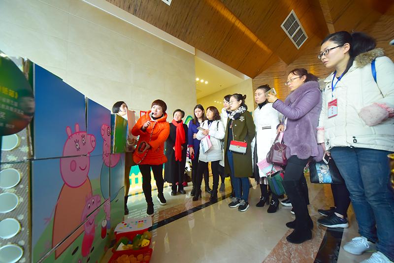 由高坪区长乐幼儿园带来的教具很有特色,他们全是利用本地资源用竹子