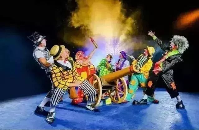 卡通踩高跷小丑gif