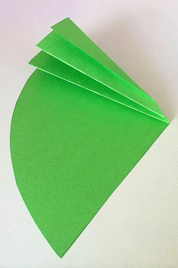 教育 正文  制作步骤:首先,在红色的美工纸上剪下一棵树的形状,用来