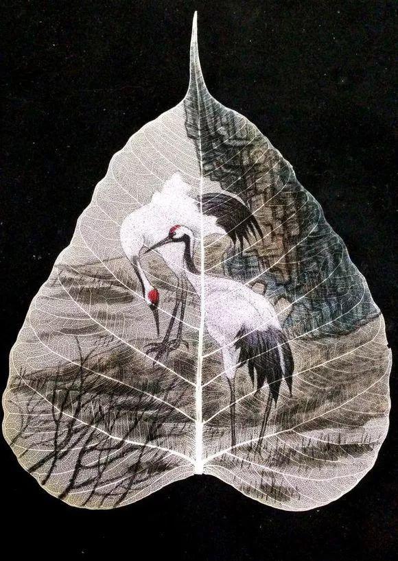 【中国树叶画】在树叶上画画的青年图片