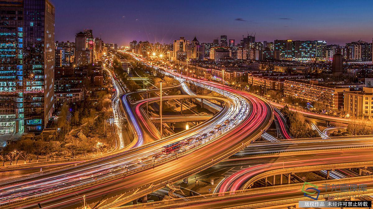 12月10日,北京天宁寺桥车水马龙流光溢彩