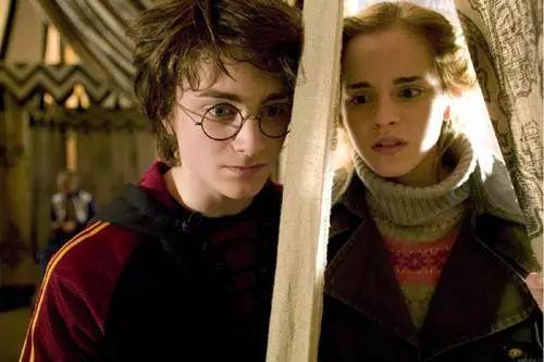 娱乐 正文  历劫归来,赫敏拥抱哈利,却尴尬地和罗恩握了握手的时候图片