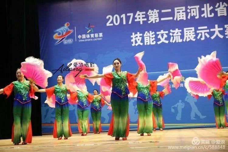 南和县代表队表演健身操《梦之队快乐舞步》.