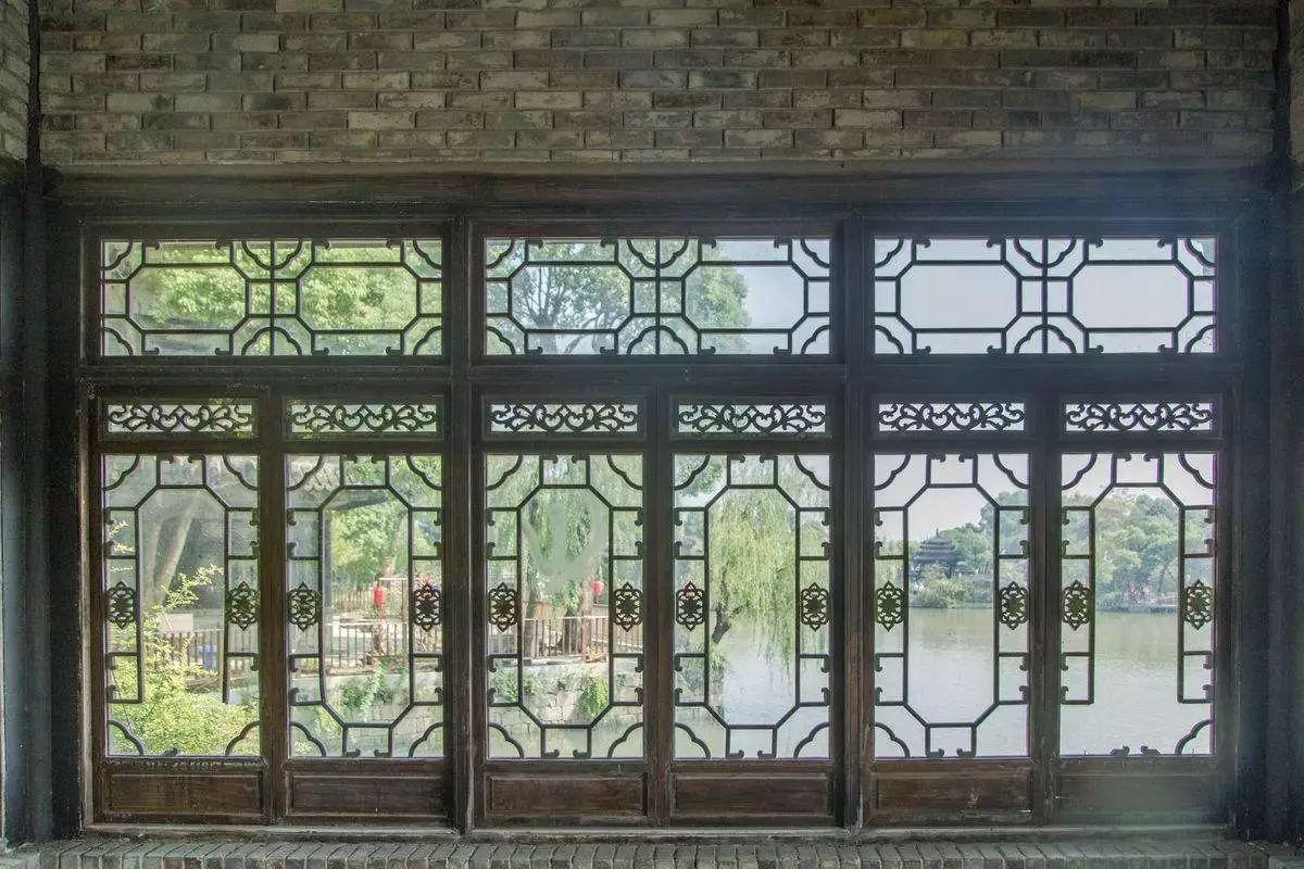 中国古代园林建筑中,窗户是一种诗意的写照,窗户花纹的变化意象繁复