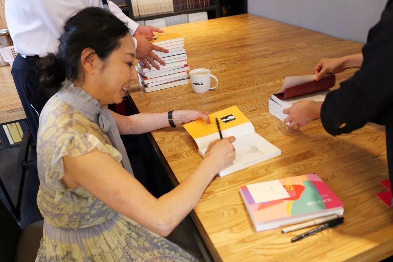 她爱钱、倒追男友、不孕,却是冯小刚和张艺谋离不开的女人