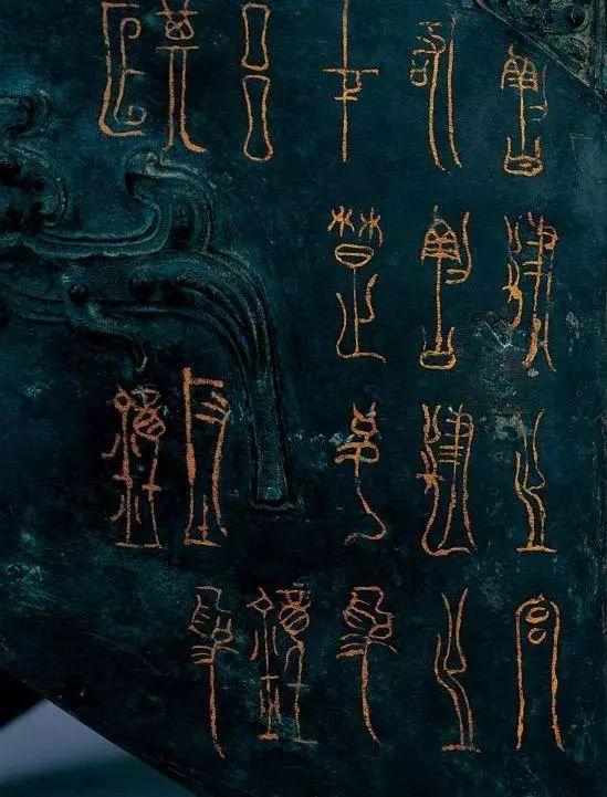 曾侯乙编钟上的文字 博物馆是囊括文明的基因宝库,文物是承载历史的最佳载体,而汉字则是传播文化的千年使者。编钟不仅反映了古人对音乐和制作工艺的极致追求,更体现了中国人的处事态度和智慧。 每一个青铜编钟都能化身为一个汉字,这就是甬(yng)。甬古文字写作
