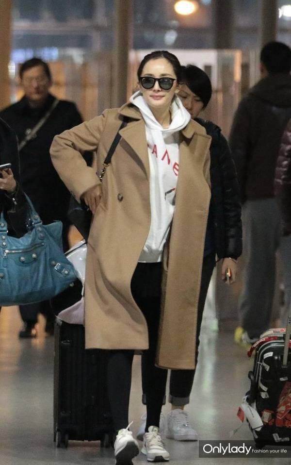 杨幂、倪妮的冬天,也没能摆脱驼色大衣