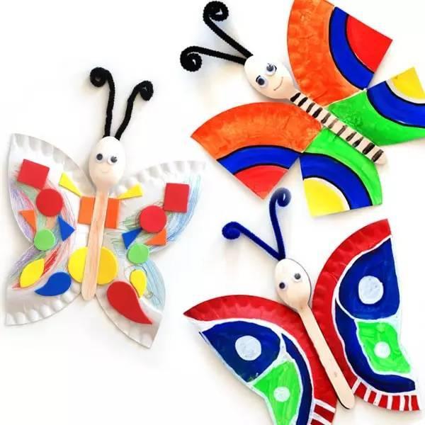 把蝴蝶翅膀粘在雪糕棍上,并在雪糕棍张画上小表情,在头部粘上毛根扭扭图片