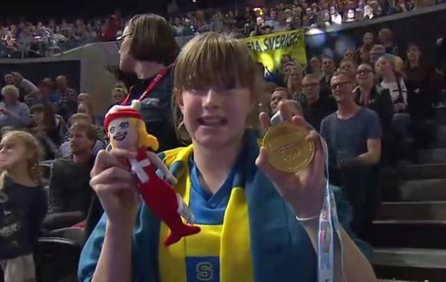 霸气侧漏!她在夺冠后把金牌扔向看台,比孙杨更BUG的存在