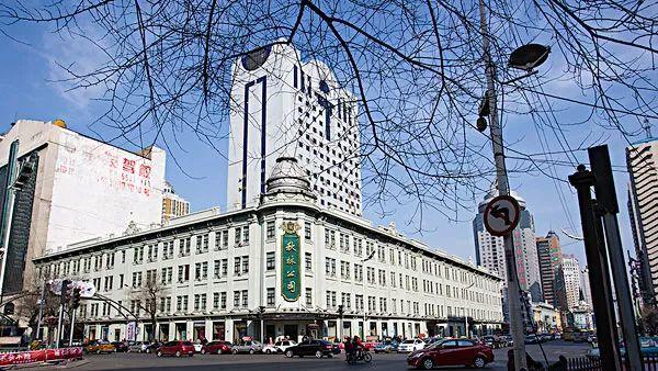 这里商厦高入云端,商街潜于地下,有始建于1900年的秋林洋行(现秋林图片