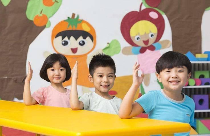 问:全省每一个幼儿园都要编写自己的园本课程吗? 答:我们要求幼儿园根据本园实际编制自己的课程方案,并没有要求每一个幼儿园都要编写自己的园本课程。幼儿园可对选用的教师课程指导用书和课程资源,根据本园幼儿、教师的实际及资源状况,进行园本化改造;有条件、有积累的幼儿园可以在明确的课程理念指引下,借助相关的资源,形成真正适宜、有效的园本课程。 问:针对当前一些幼儿园一日活动安排不够合理、科学的问题,如何改进课程的园本化实施? 答:关键是强化一日生活皆课程理念,坚持以游戏为基本活动,优化幼儿在园一日生活作息与各类