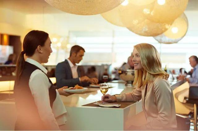 澳航拒绝乘客穿UGG进入商务舱休息室,这事怎么说?