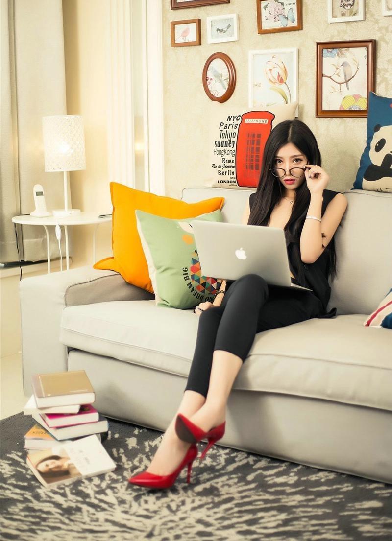 嫩mm身材一级棒16p_黑色职业装红色高跟鞋的居家女秘书,身材一级棒