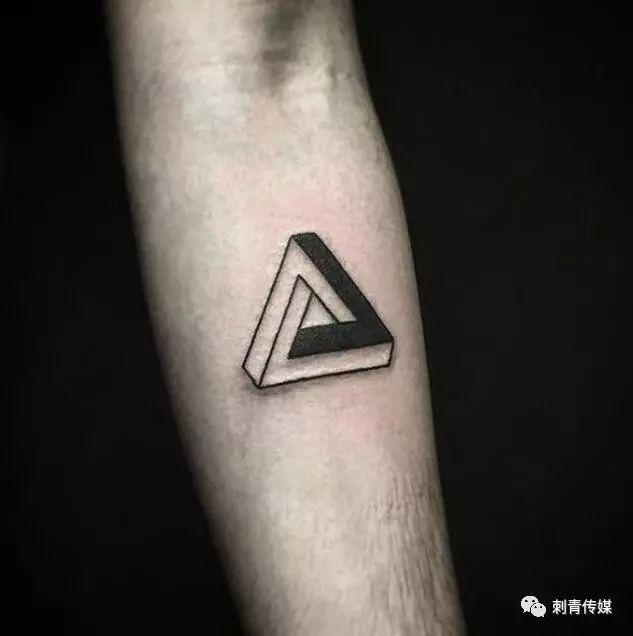 简约纹身有几何 三角形