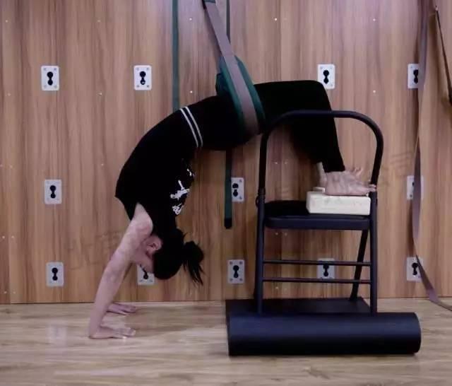 功能性训练,拉伸,延伸脊柱,还是结合理疗康复相关技术等,墙瑜伽训练图片