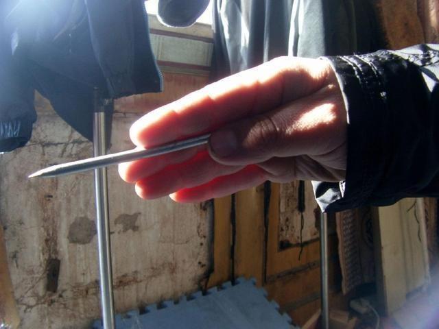 扔飞刀有技巧 图解几种常见的飞刀握法 你也可以试下
