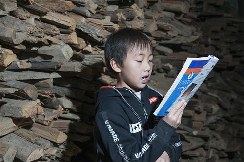 翻翻书柜,你就能帮助十万平江乡村少年