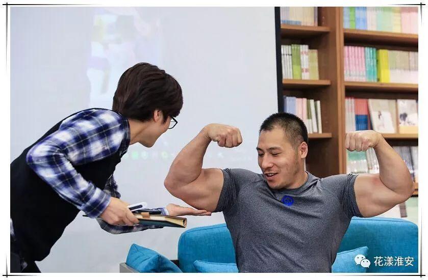 知行有约 冠军是炼成的健美世界冠军华波在泰安岳首乒乓球图片