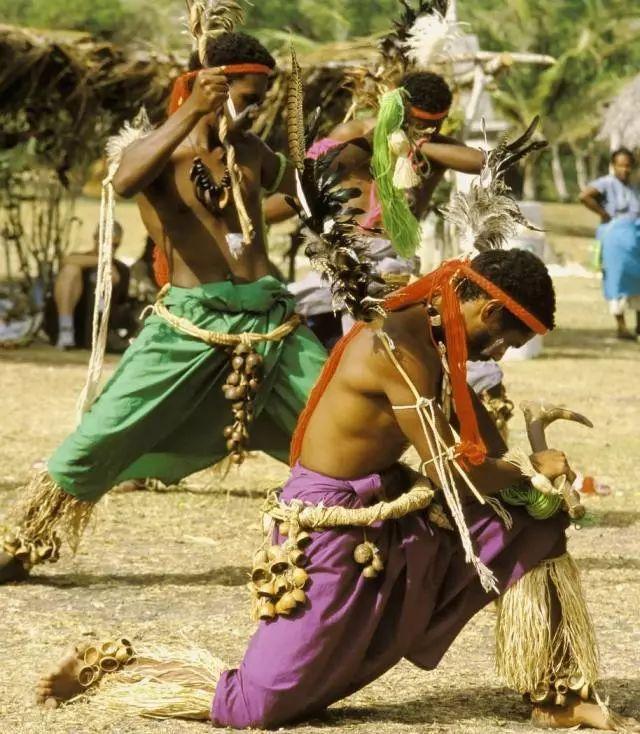 少女草裙社区_印第安武士头戴羽毛,身穿草裙;印度少女妆容艳丽,跳着妖娆的肚皮舞