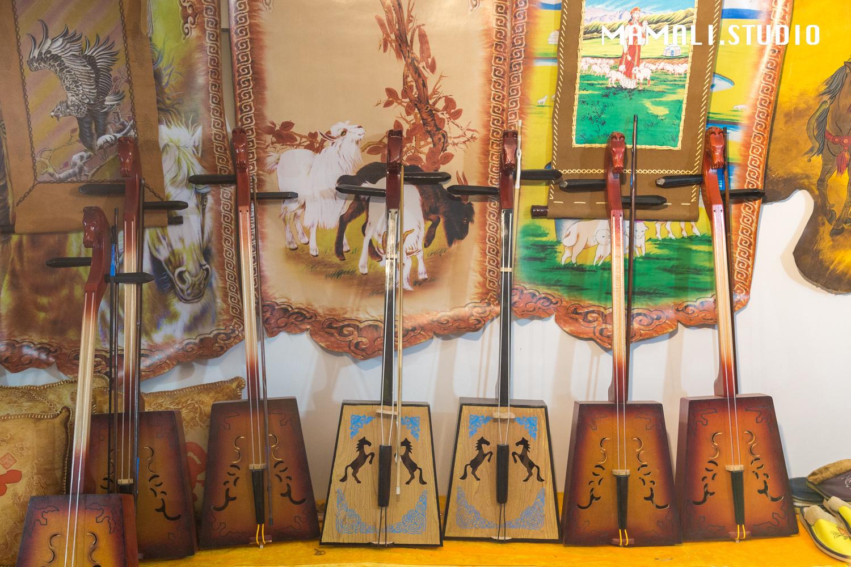 还有制作精良的马头琴,颜色和花纹各不相同,看起来十分好看.图片