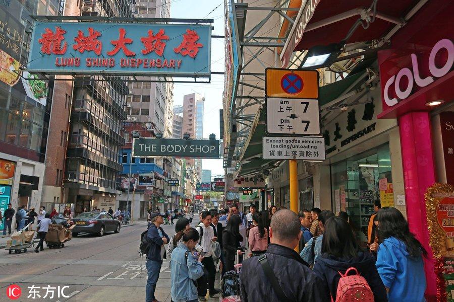 2017年12月3日,中国香港,香港龙城大药房门口人头攒动,店内更是掀起抢