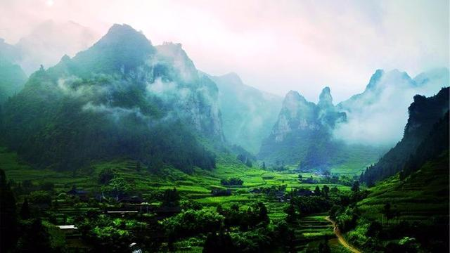 无论是神秘瑰丽的双河溶洞,国内唯一的地下裂缝,还是美得让人心颤的清
