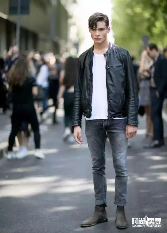 黑色的切尔西短靴搭配黑色紧身裤,不仅适合于女生男生穿起来也很