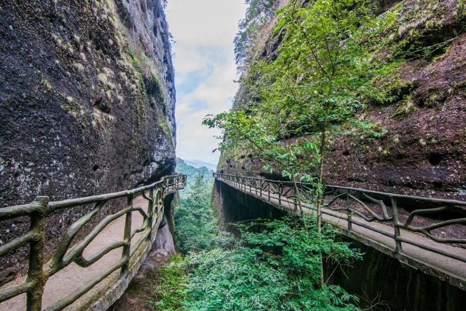 平远五指山景区_广东梅州山区修了一条悬崖栈道,直面深谷,风光秀丽!