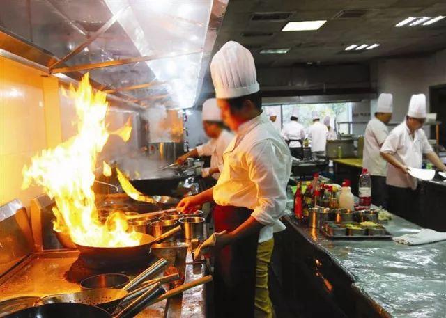 差点把眼睛炒瞎!福州一厨师炒菜途中,被飞溅出铁屑射入眼睛图片