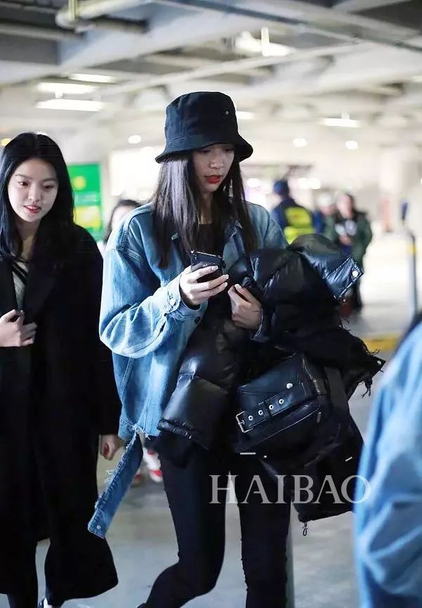 王文也2017年机场街拍 好姐妹美合则是上身宽松的牛仔服搭配紧身长裤