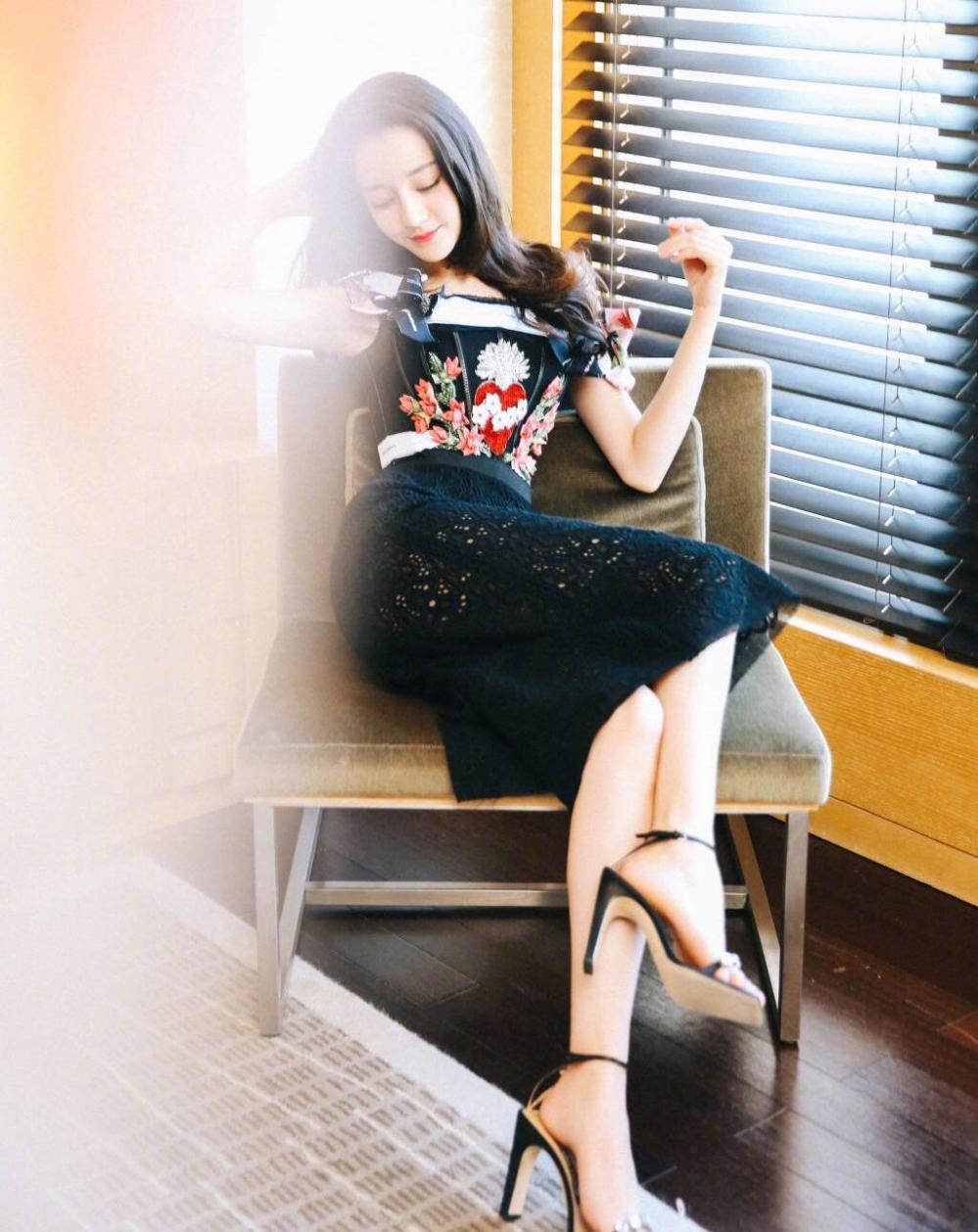 迪丽热巴身穿某品牌早春系列参加电影《解忧杂货店》首映,这件礼服图片