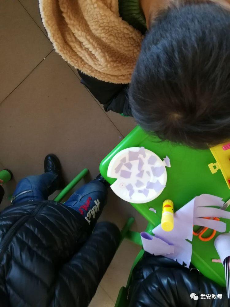 """手工制作活动,利用纸盘圆圆又带有颜色的特点,引导孩子用纸盘来做""""鱼"""""""