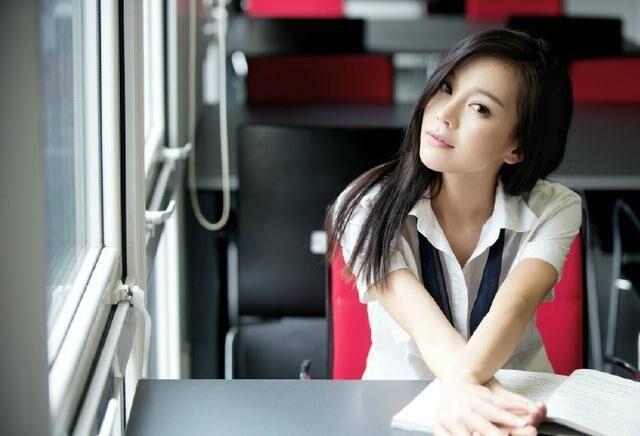美女中出偷拍自拍亚洲色�_莫绮雯,在香港电影《一路向西》中出演主角,演那位美女校花.