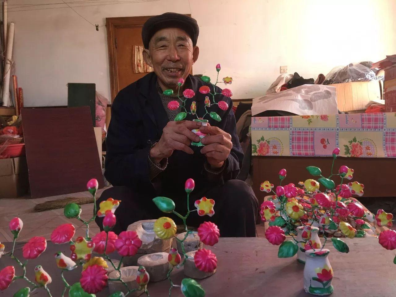 杜崇顺老人和他制作的泥花图片