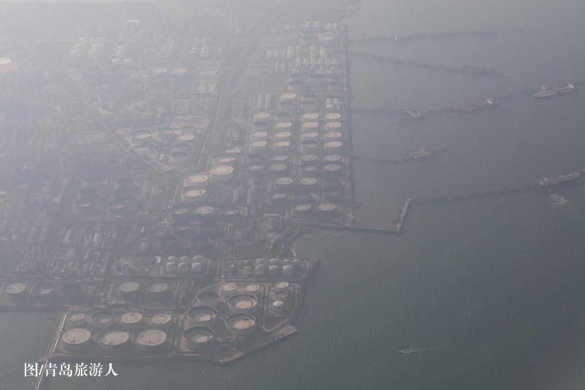 雾霾中的青岛外围:黄岛港油港和黄岛油库.(摄/青岛旅游人)
