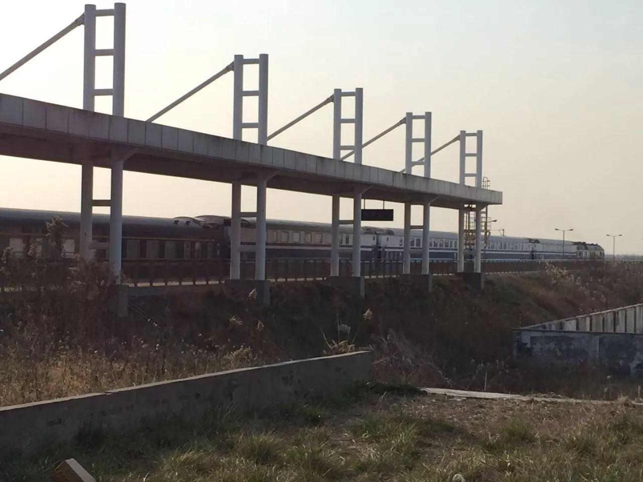 【围观】如东火车大变脸:昨日双层火车巨无霸从如东开往南京!