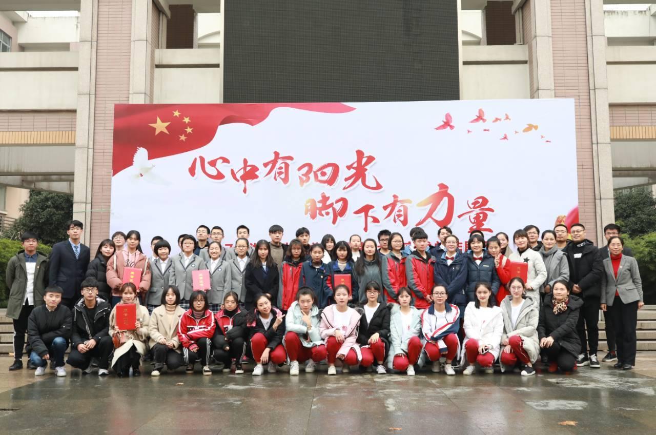 作文阳光|浙江省中学生暑期社扫墓高举总结活动在杭展示行初中实践力量清明700字图片