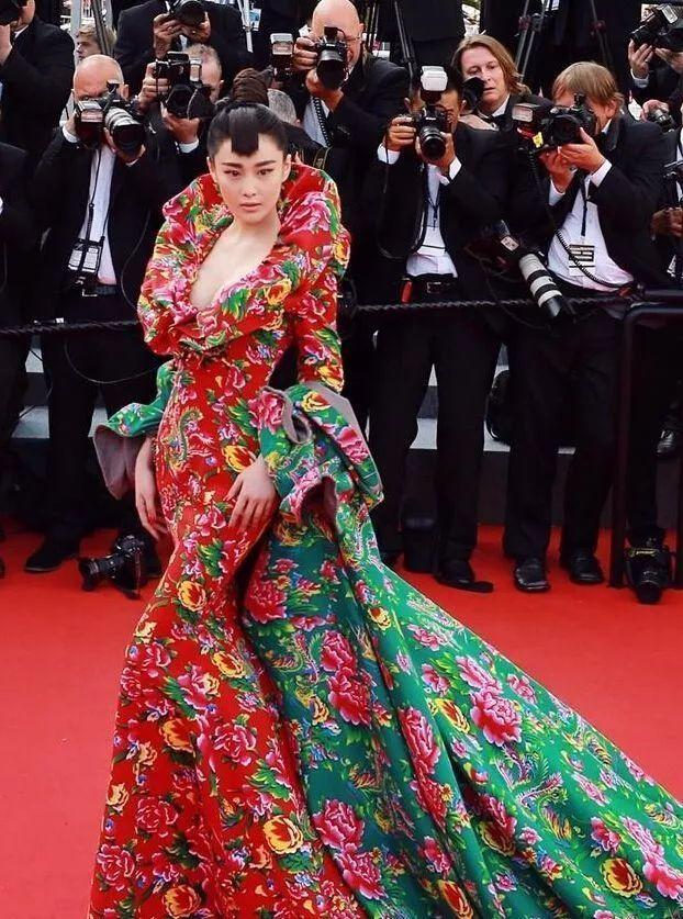 张馨予棉袄红绿大花国语走印度电影节红毯.戛纳有哪些好看的穿着电影版图片