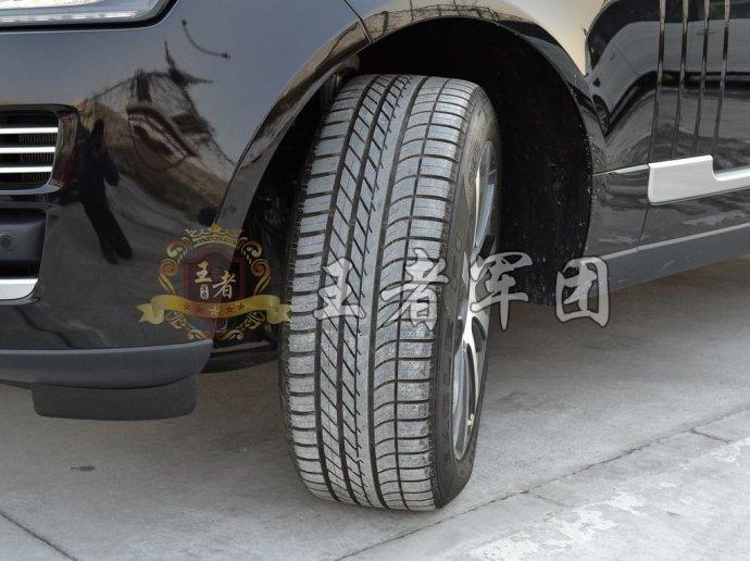 路虎揽胜胎压监测能在汽车行驶过程中对轮胎气压进行实时监测,并对图片