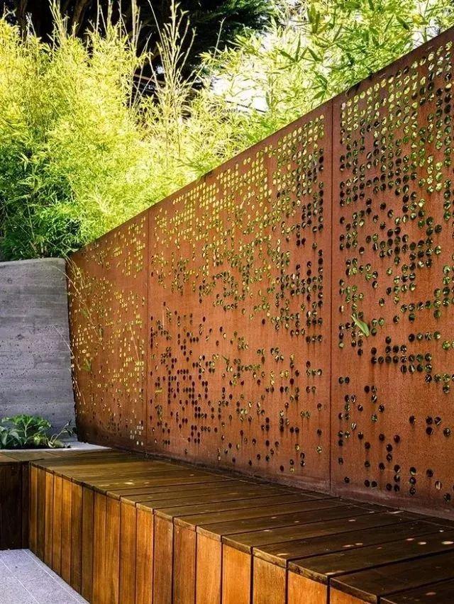 正文  铁艺的围墙和大门 远远能感受到主人家的大气 在小院的绿植搭配图片