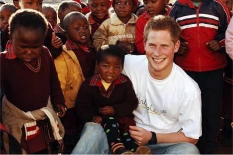 哈里王子也曾去非洲看望聋哑学校的孩子们.