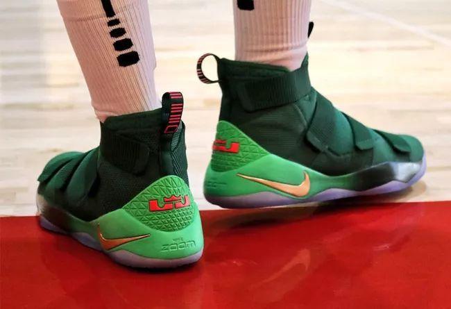 两款圣诞配色曝光!绿色鞋身+金色细节你觉得如何?精仿鞋
