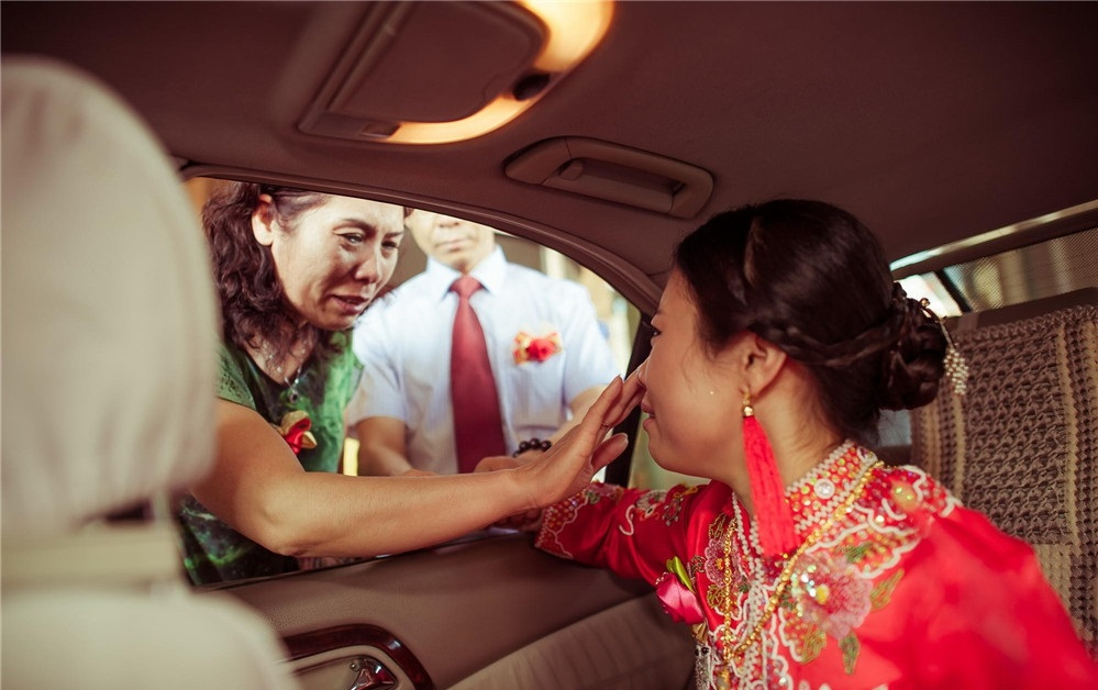 养了二十多年的女儿,就要嫁人了,母亲的泪水根本忍不住!