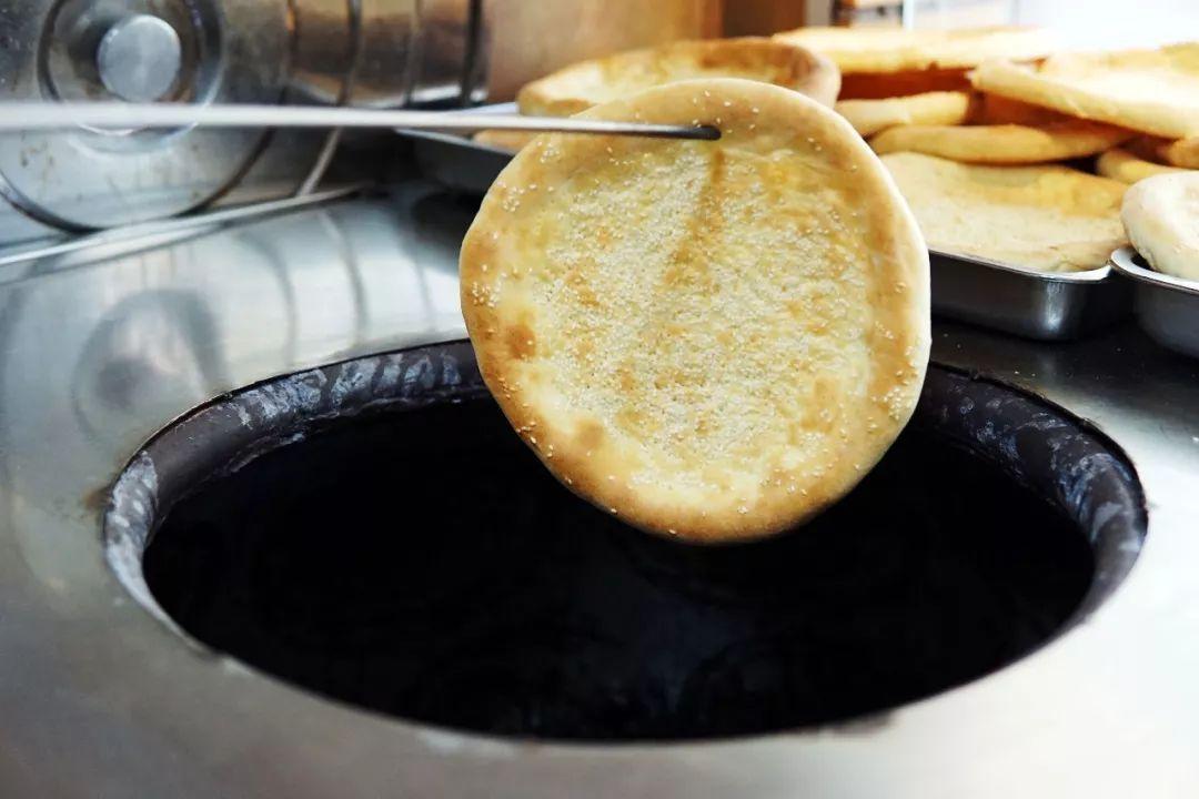 刚出炉的馕饼带着温乎乎的热度