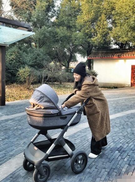 朱丹穿家居服素颜现身 带宝宝出门全程微笑