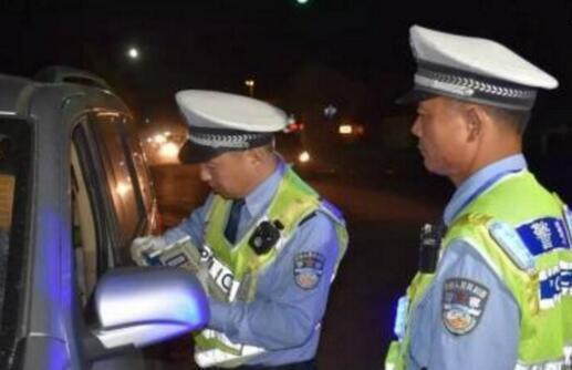 重庆女子举报丈夫酒驾:没办法说服老公 让警察来管他